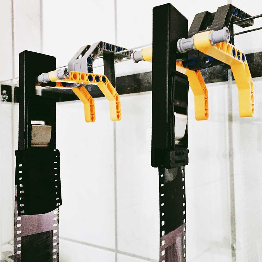 Filmhalterungen zum Trocknen der Filme aus Lego gebaut